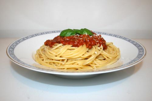 06 - Spaghetti with mincemeat tomato sauce - Side view / Spaghetti mit Hackfleisch-Tomatensauce - Seitenansicht