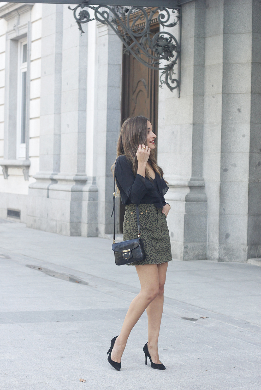 leopard denim skirt givenchy bag street style outfit 2018 autumn05