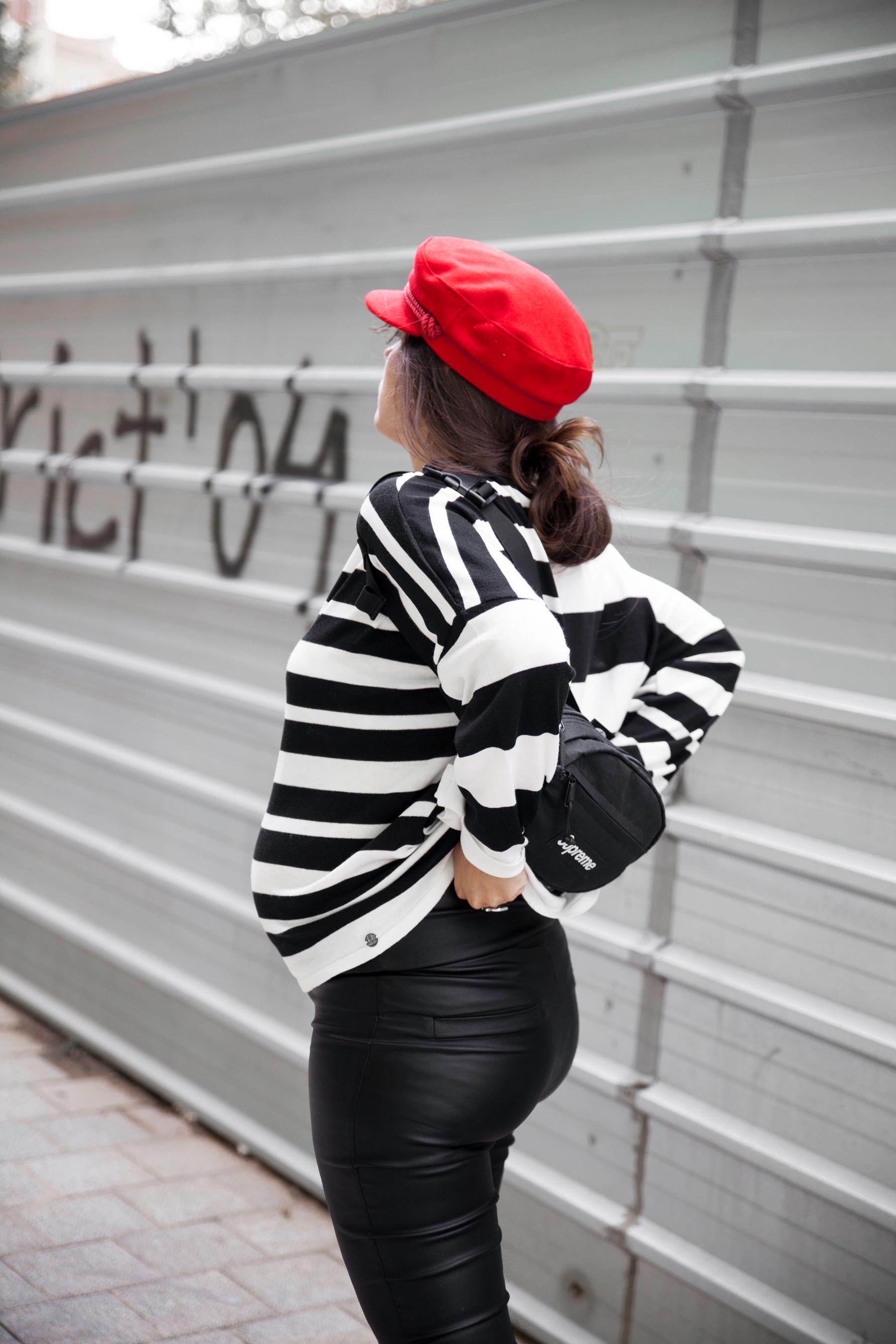a2ec82055972 Cómo combinar un jersey blanco y negro a rayas embarazada.
