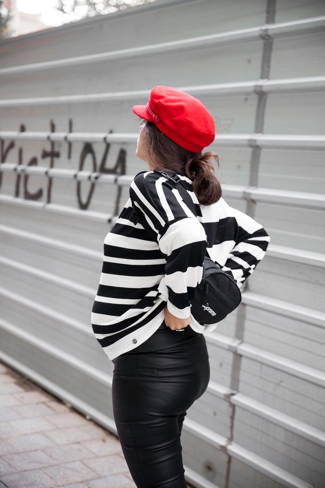 Cómo combinar un jersey blanco y negro a rayas