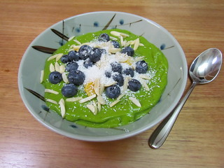 Coconut, Mango and Spinach Smoothie Bowl