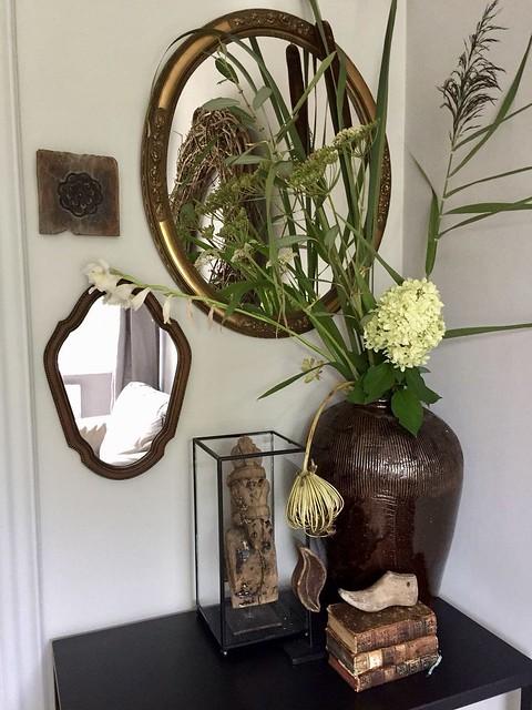 Spiegels vaas met hortensia glazen box oude boekjes