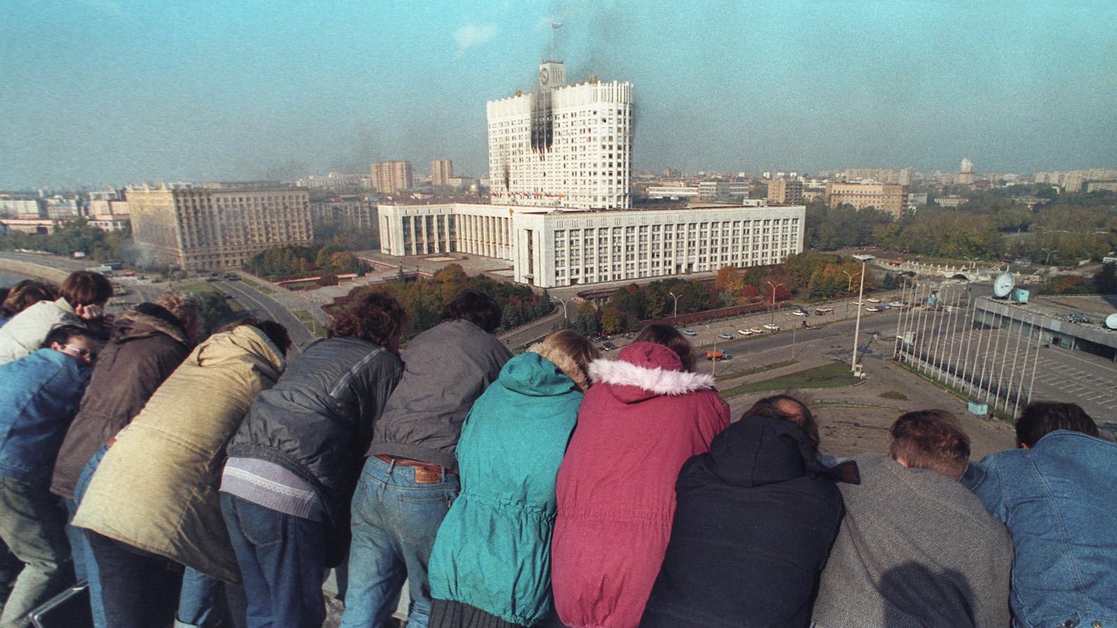 Зрители расстрела Дома Советов России