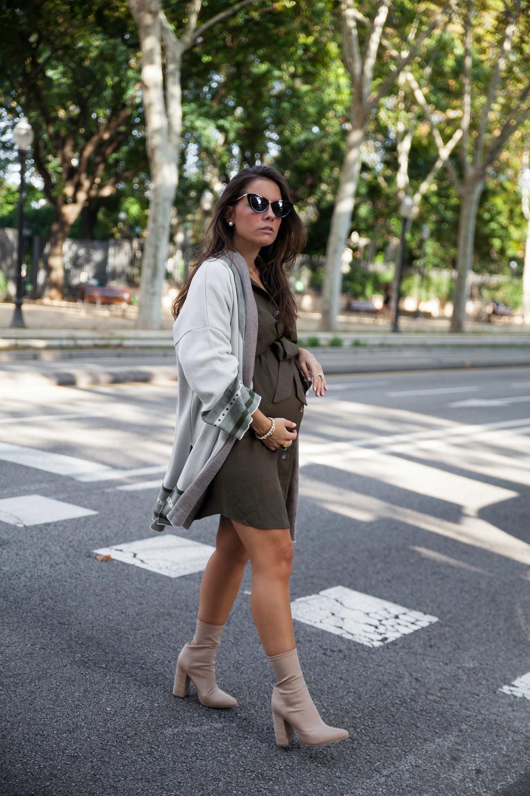 02_Como_combinar_un_cardigan_khaki_etnico_otoño_theguestgirl_rüga_laura_santolaira_influencer_embarazada_fashion_street_style_barcelona