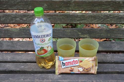 Apfelschorle und Hanuta (bei Rast auf Spaziergang Teutoschleifchen Köllbachtal)