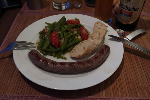 Frische Rindsbratwurst mit Bohnen-Tomaten-Salat und frischgebackenes Baguette