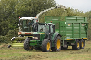 Claas Jaguar 890 SPFH filling a Smyth Trailers Field Master Trailer drawn by a John Deere 6920 Tractor