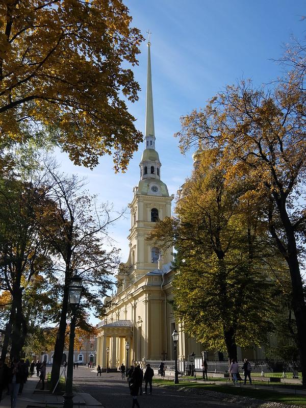Санкт-Петербург - Петропавловская крепость - Петропавловский собор в сени деревьев