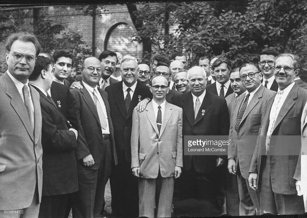 Никита Сергеевич Хрущев, стоящий среди большой группы американских и советских шахматистов
