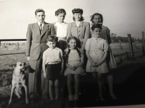 Frère, sœurs, cousines, moi et notre chien