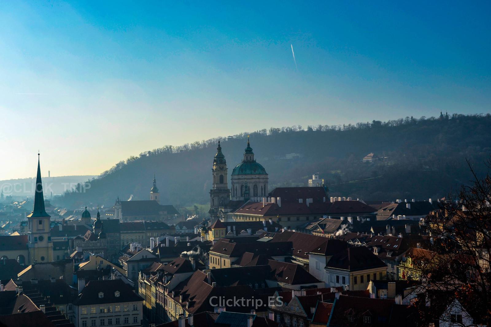 · Vistas del campanario y cúpula de la Iglesia de San Nicolás de Malá Strana desde el Castillo de Praga ·