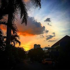 Sepulang dari menumpas kejahatan, :grin: . #langit #senja #dusk #twilight #sky #iphone #landscape #evening