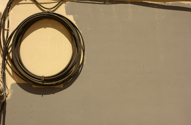 Composizione con cavo arrotolato e muro parzialmente dipinto. Composition with rolled up cable and partially painted wall.