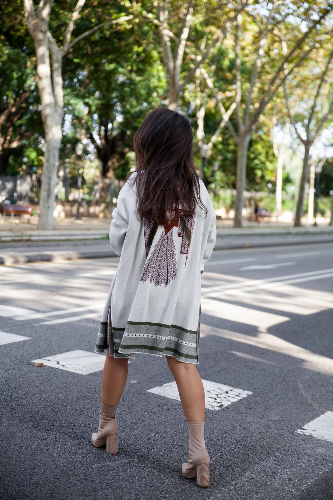 03_Como_combinar_un_cardigan_khaki_etnico_otoño_theguestgirl_rüga_laura_santolaira_influencer_embarazada_fashion_street_style_barcelona