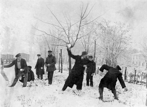 Bataille de boules de neige entre cheminots - vers 1920 - Photographie X