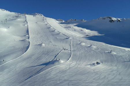 Velkou výhodou lyžařského střediska nacházejícího se na ledovci Mölltal je délka lyžařské sezóny (až 11 měsíců vroce), dobrá dostupnost zČR askladba akvalita sjezdových tratí. Ve středisku si díky různorodosti sje...