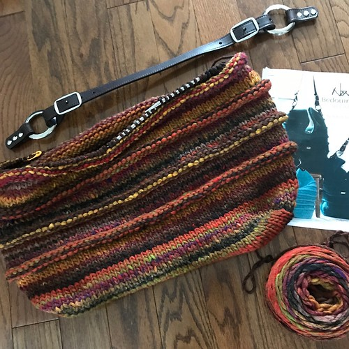 A Bedouin Bag by Noni is on my needles and Jul Design Lisbon bag hardware