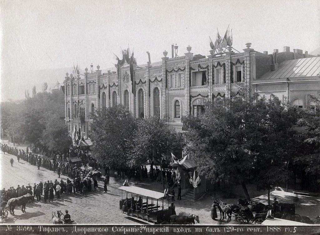 В дни пребывания Их Императорских Величеств в Тифлисе. Дворянское Собрание, вход на бал. 1888