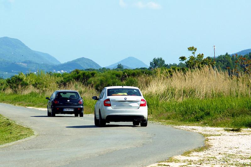 Автомобили у тиватского аэропорта