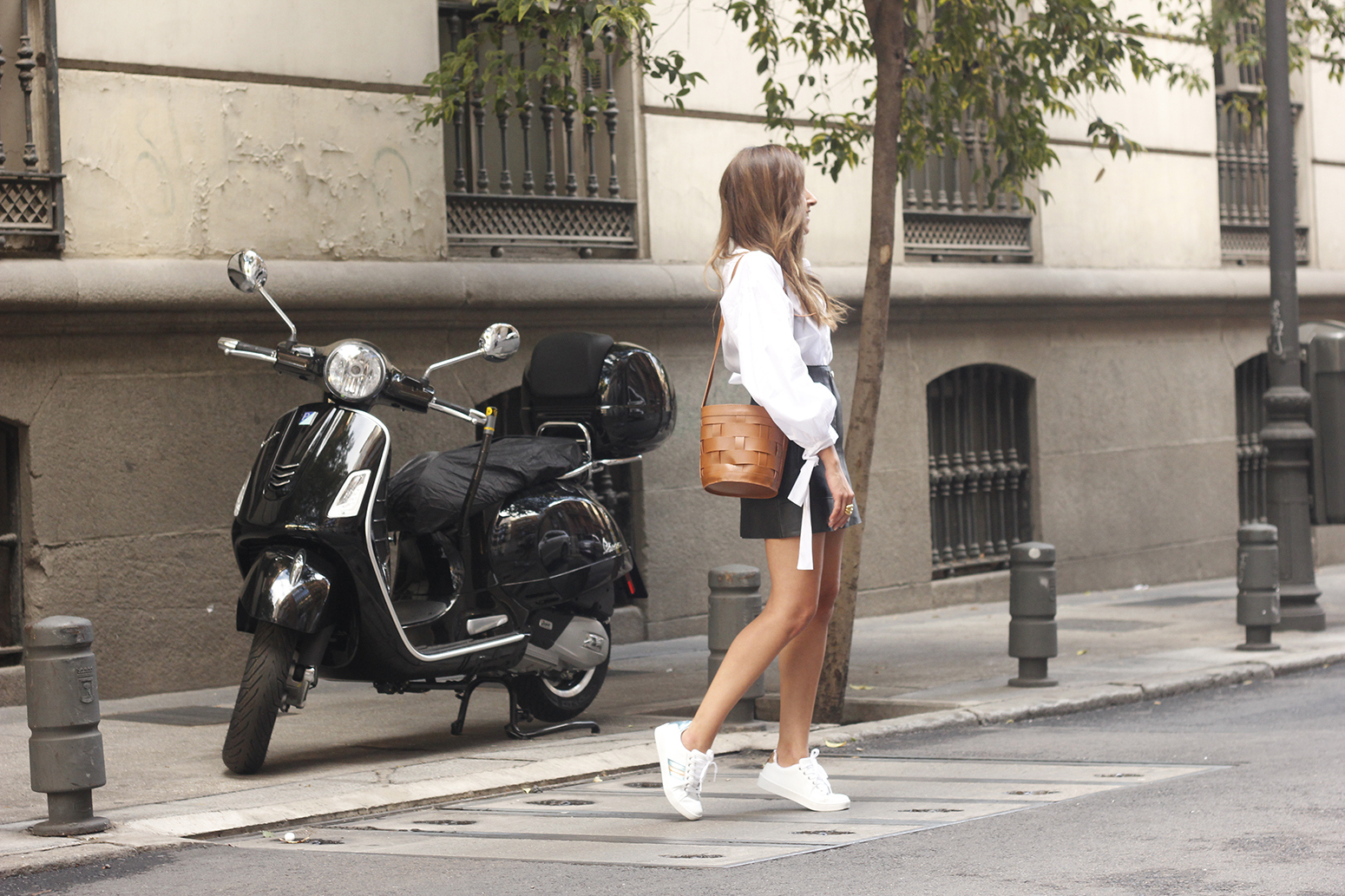 black leather skirt white shirt white sneakers la redoute street style fall outfit 201808