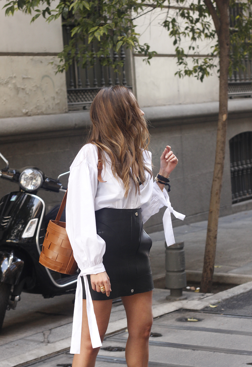 black leather skirt white shirt white sneakers la redoute street style fall outfit 201812