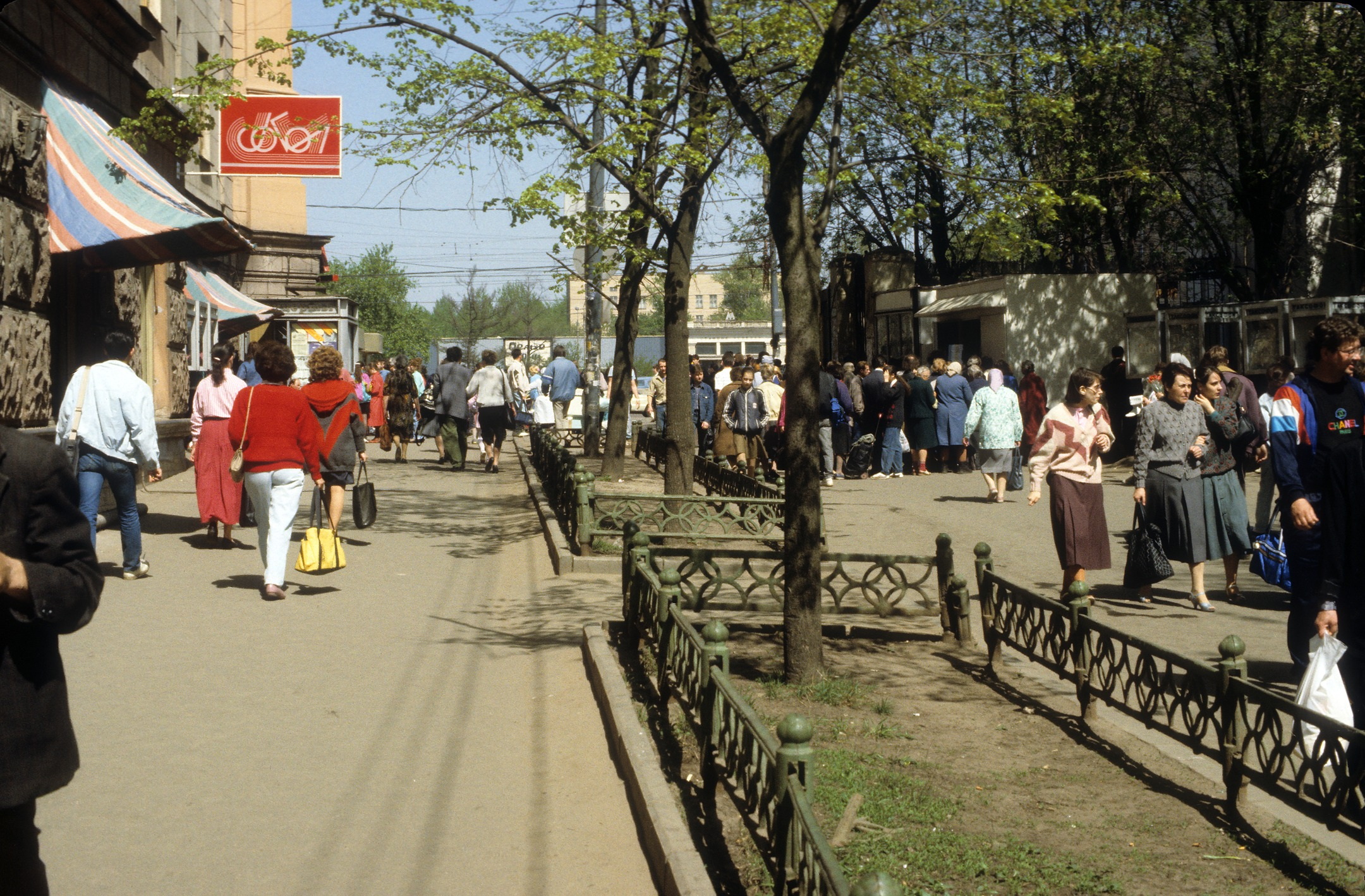 Торговля у метро Сокол