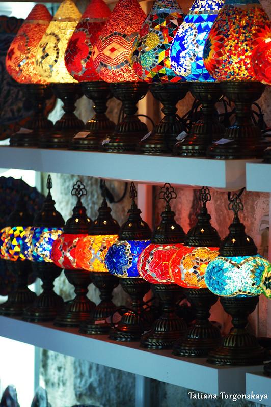 Светильники в восточной сувенирной давке