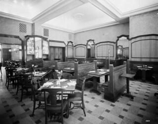 Interior of Diana Sweets, Toronto, Ontario / Intérieur du restaurant Diana Sweets, Toronto (Ontario)