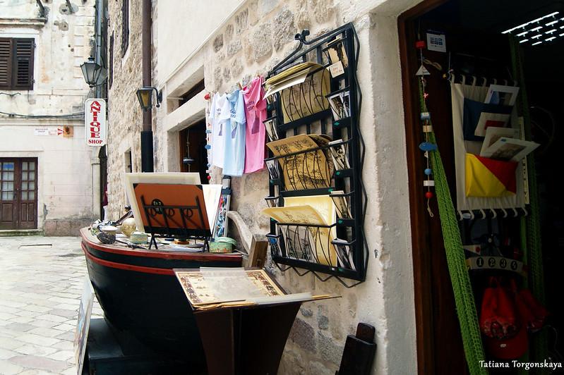 Сувенирный магазин возле собора Св. Трифона в Которе