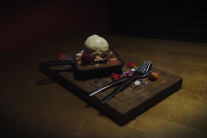 Suklaabrownie, fudge-kastiketta ja jäätelöä