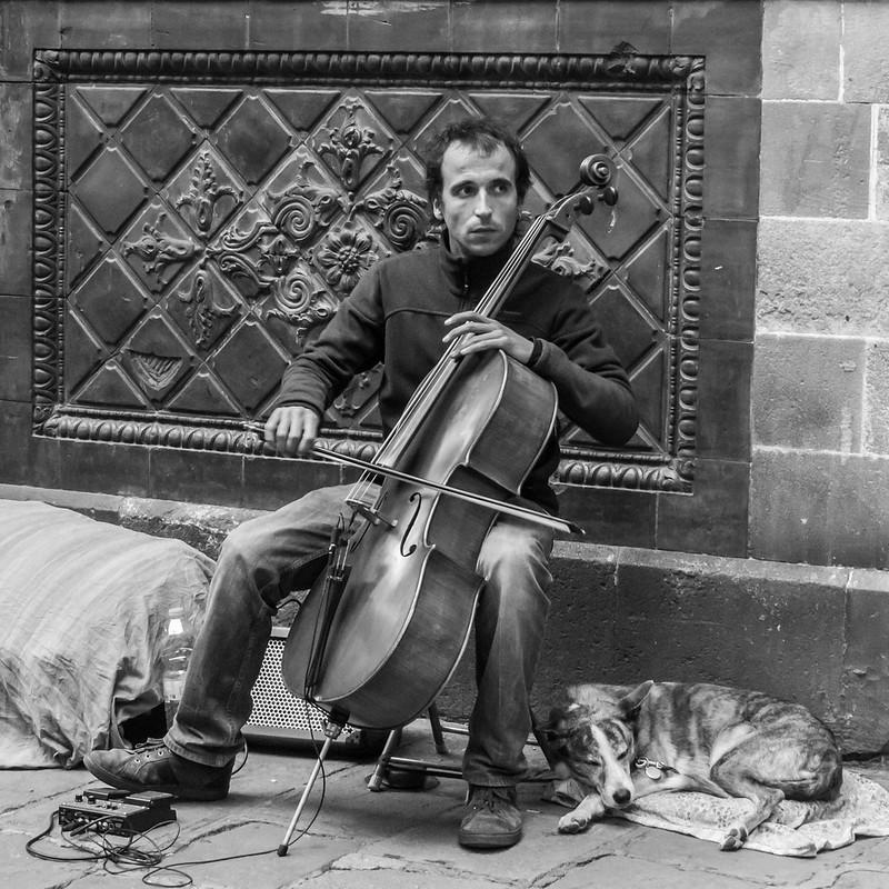 Musique dans le Bario Gottico + recadrage. 43845520400_441c6f7b39_c