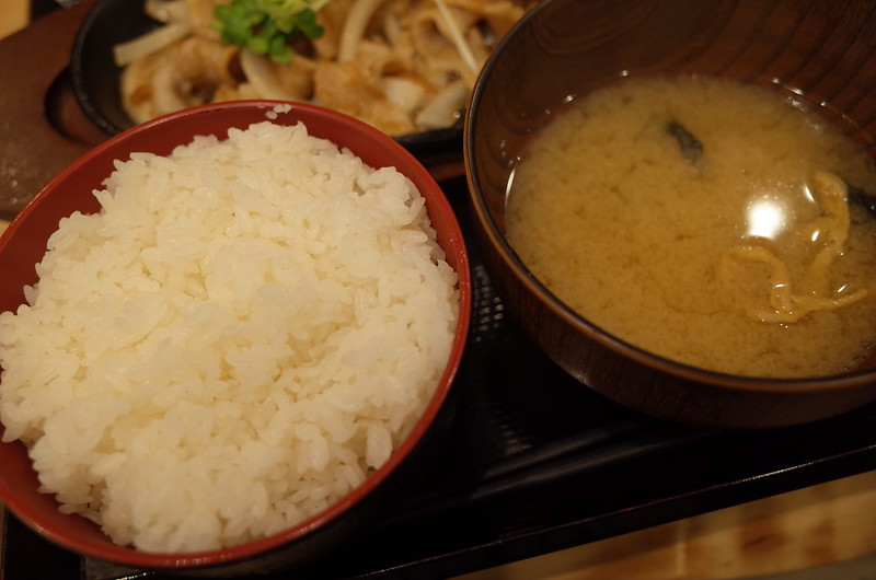 池袋西口しんぱち食堂定食のごはんと味噌汁