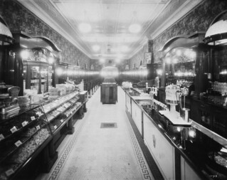 Interior of a restaurant showing a candy counter and soda fountain, Toronto, Ontario / Intérieur d'un restaurant montrant un comptoir de bonbons et une fontaine distributrice de boissons gazeuses, Toronto (Ontario)