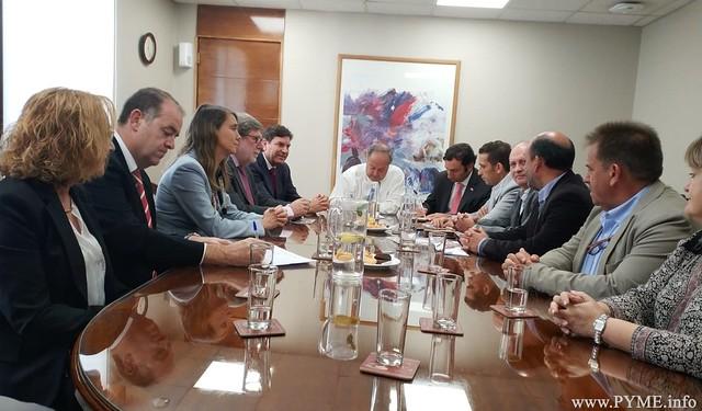 Imagen de la jornada de trabajo de la delegación de Castilla y León con el exponen al Ministro de Trabajo y Previsión Social de Chile, Nicolás Monckeberg.