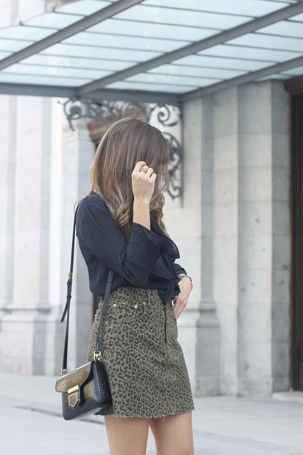 leopard denim skirt givenchy bag street style outfit 2018 autumn09