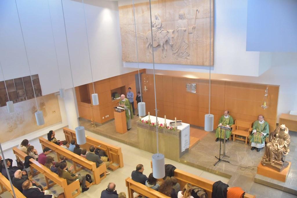 Bendición del relieve de San Josemaría y el Beato Álvaro en el oratorio del colegio