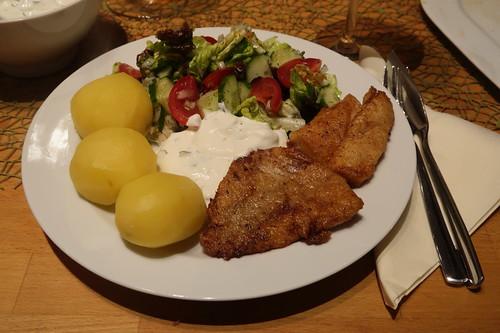 Paniertes Rotbarschfilet mit Salzkartoffeln, Joghurtsoße und Salat