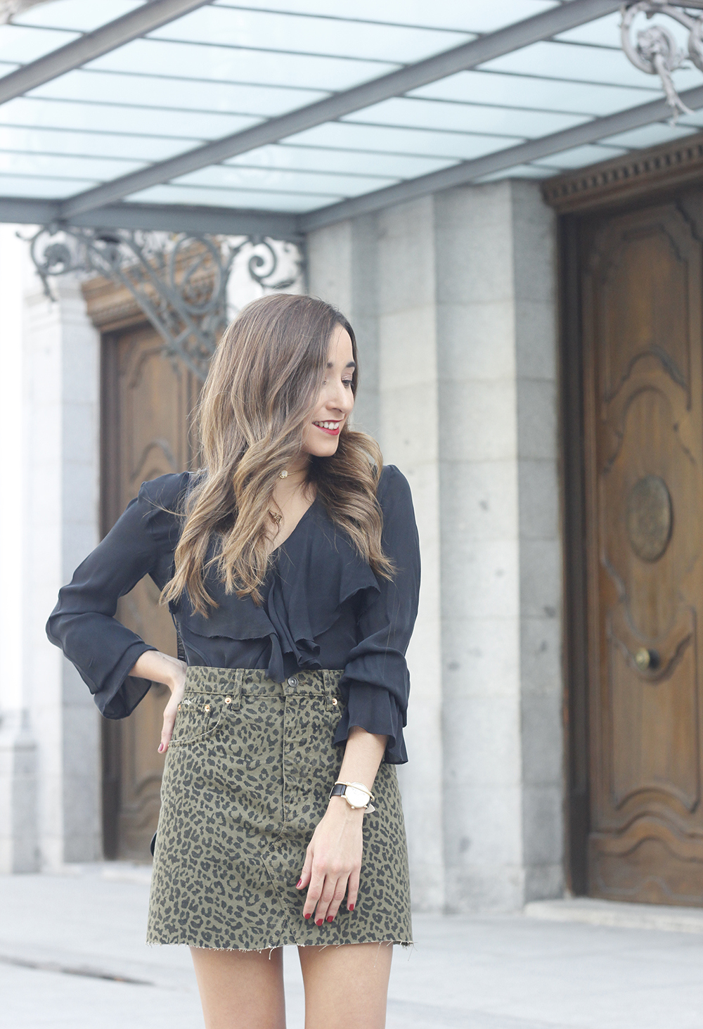 leopard denim skirt givenchy bag street style outfit 2018 autumn07