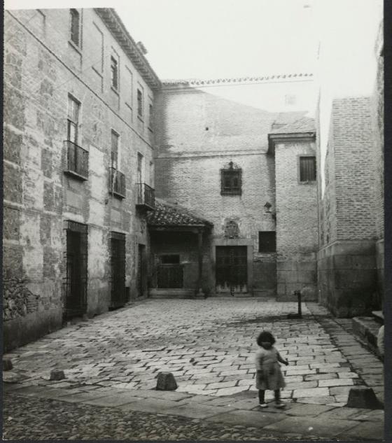 Una niña en la Plaza de las Capuchinas de Toledo. Fotografía de Yvonne Chevalier en 1949 © Roger Viollet