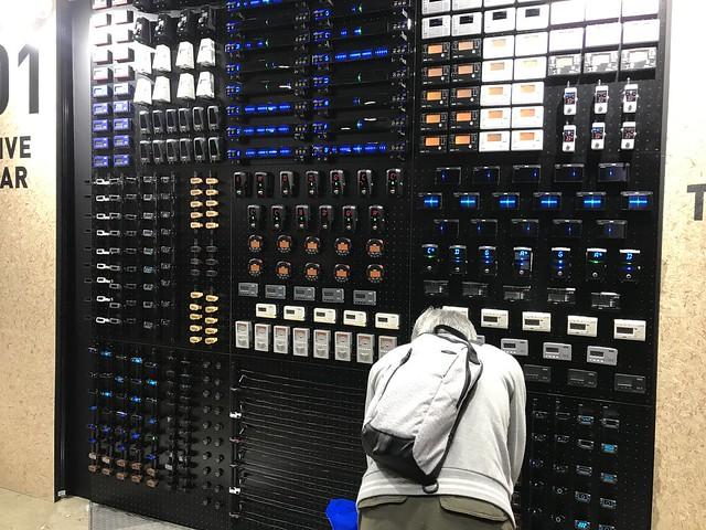 Korg ブースのチューナーの壁