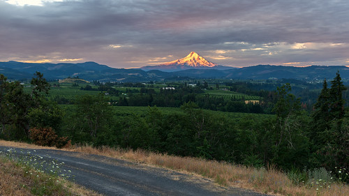 mthood hoodrivervalley sunrise goldenhour bluehour mountains valley farms hills panoramapoint countypark foothills cascademountains
