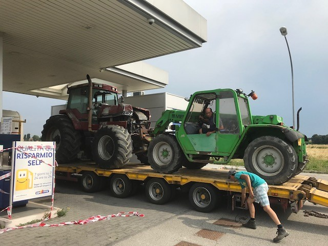 mezzi agricoli e distributore carburanti