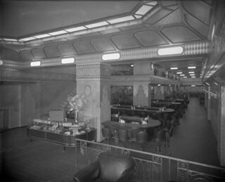 """Interior view of a restaurant (possibly a """"Murrays"""" sandwich shop) in Montreal , Quebec / Vue intérieure d'un restaurant (peut-être une sandwicherie « Murrays ») à Montréal (Québec)"""