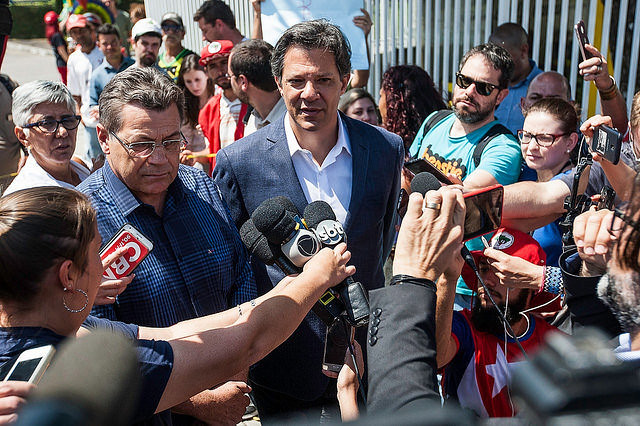 Fernando Haddad (center), who replaced ex-president Lula as the Workers' Party presidential candidate, speaks to journalists - Créditos: Joka Madruga / Agência PT