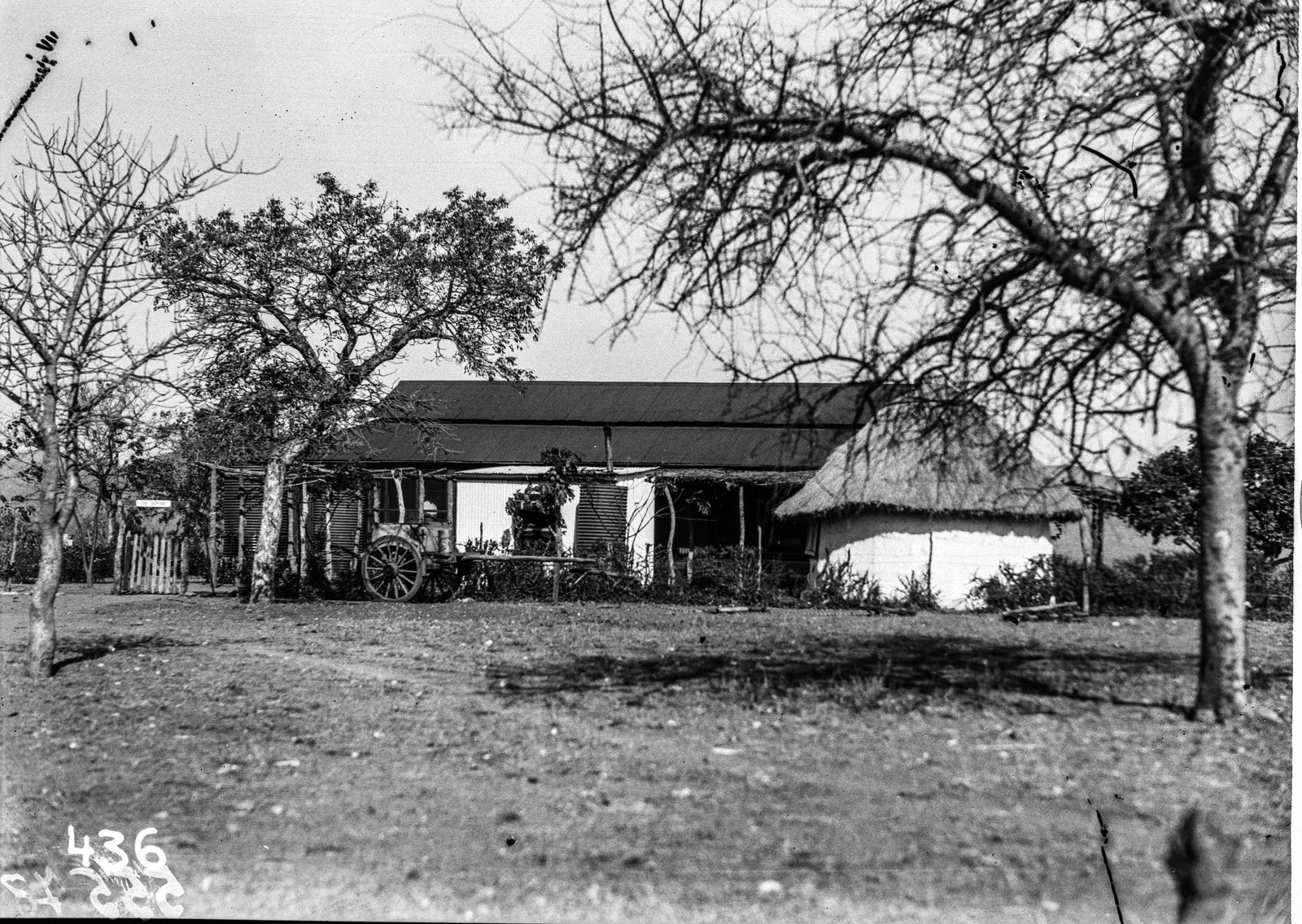 Малелан. Изображение двух небольших домов (круглой хижины и своего рода бунгало) в городе