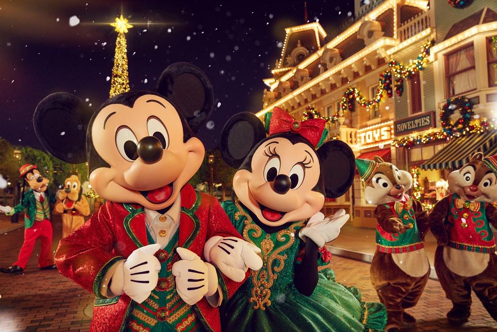 4. A Disney Christmas_Mickey and Minnie (2)