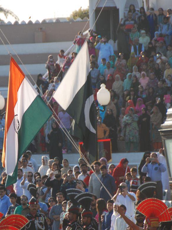 DSC_9915AmritsarWagahIndiaseEnPakistaansevlagKruisenElkaar