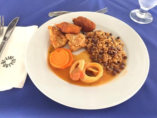 Be Live Marien Puerto Plata - Krebskroketten, Hähnchen Tintenfisch & Bohnenreis / Crab croquettes, chicken, octopus & bean rice