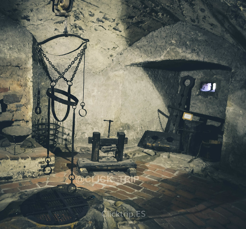 · Interior de la torre Daliborka · Castillo de Praga · Click_trip