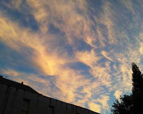 El cielo esta tarde en #Coruña. Cirros que anuncian cambio de tiempo. #cirrus #cielo #sky #phonephoto #ceo #clouds #galifornia #galicia #otoño #outono #autumm #fall